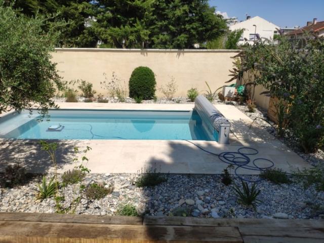 Plantation tour de piscine, gravier roulé, galets